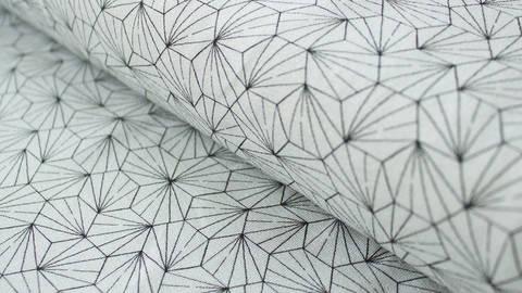 Limitierter schwarz-weißer Jerseystoff GOTS: Small Hexagon - 170 cm kaufen im Makerist Materialshop