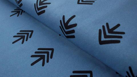 Limitierter blauer Jerseystoff GOTS: Trees Black on Blue - 170 cm kaufen im Makerist Materialshop