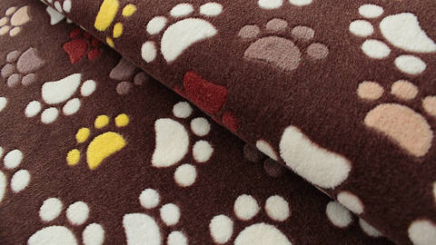 Brauner Jaquard Fleece: Pfoten - 150 cm kaufen im Makerist Materialshop