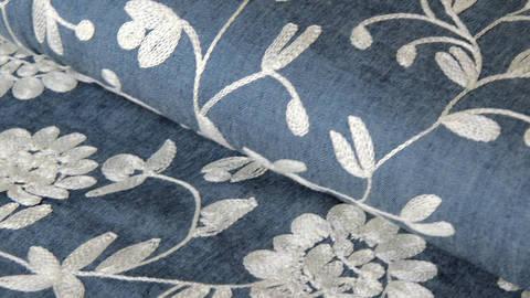 Acheter Tissu en chambray brodé bleu foncé: fleurs écrues - 145 cm dans la mercerie Makerist