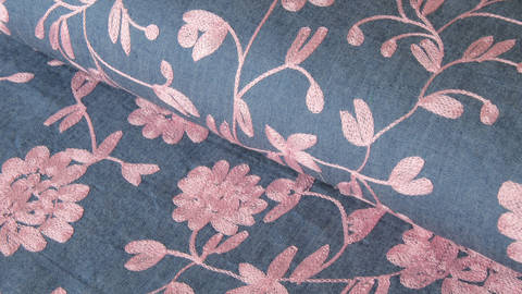 Dunkelblauer bestickter Chambray Baumwollstoff: Altrosafarbene Blumen - 145 cm - ARCHIVIERT - kaufen im Makerist Materialshop