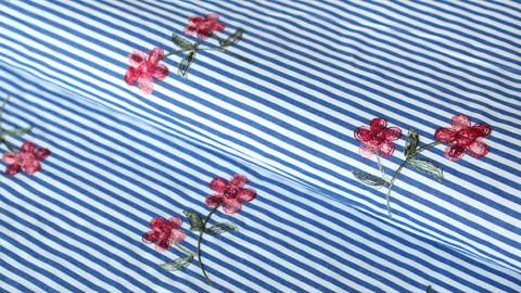 Blau-weiß gestreifter Baumwollstoff: gestickte Blumen - 145 cm kaufen im Makerist Materialshop