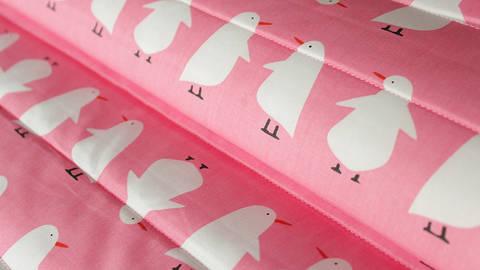 Rosa-weißer Double Face Baumwoll Steppstoff: Penguin - 160 cm kaufen im Makerist Materialshop