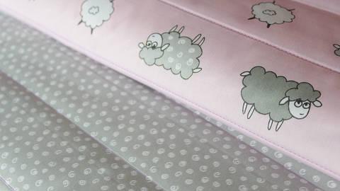 Rosa-grauer Double Face Baumwoll-Steppstoff: Schafe - 160 cm kaufen im Makerist Materialshop