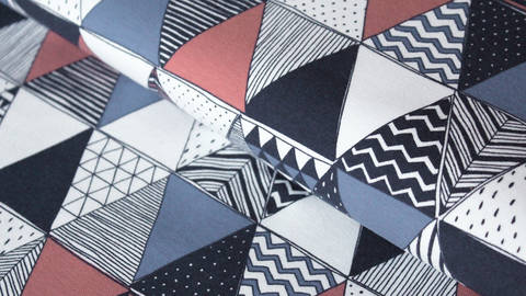 Blau-rot bedruckter Jersey: Dreiecke - 150 cm kaufen im Makerist Materialshop