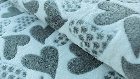 Ecrufarbener Jacquard Fleece: Herzen - 150 cm kaufen im Makerist Materialshop