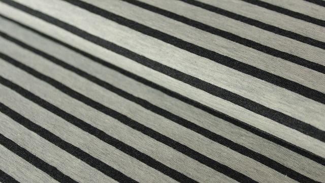 Ecru-anthrazitfarben melierter Baumwolljersey: Yarn dyed Stripes - 150 cm - Stoffe kaufen im Makerist Materialshop