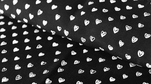 Acheter Viscose Black Radiance : Coeurs - 140 cm dans la mercerie Makerist