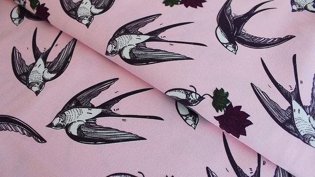 Rosafarbener bedruckter Satin-Jersey: Schwalben - 145 cm - Stoffe kaufen im Makerist Materialshop