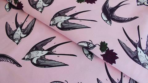 Rosafarbener bedruckter Satin-Jersey: Schwalben - 145 cm kaufen im Makerist Materialshop