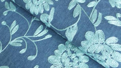 Dunkelblauer bestickter Chambray Baumwollstoff: Hellblaue Blumen - 145 cm kaufen im Makerist Materialshop