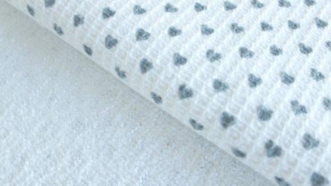 Weiß-grauer Baumwoll-Piqué: Kleine Herzen - 150 cm kaufen im Makerist Materialshop