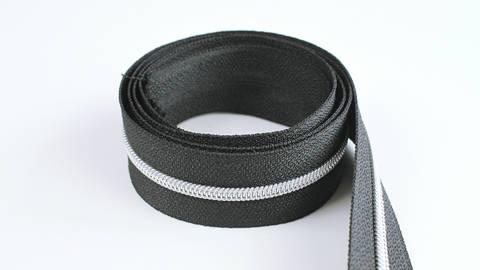 Endlosreißverschluss: silber-schwarz - 4 mm  kaufen im Makerist Materialshop