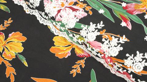 Viskosestoff bestickt schwarz: große Blumen - 135 cm kaufen im Makerist Materialshop