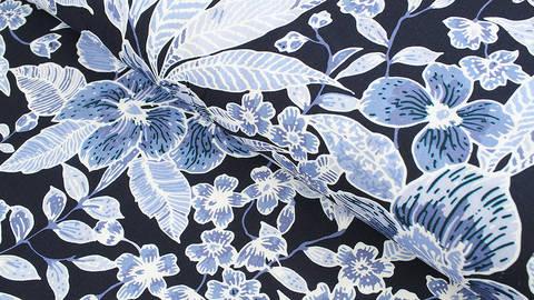 Viskosestoff navy: Blaue Blumen - 135 cm kaufen im Makerist Materialshop
