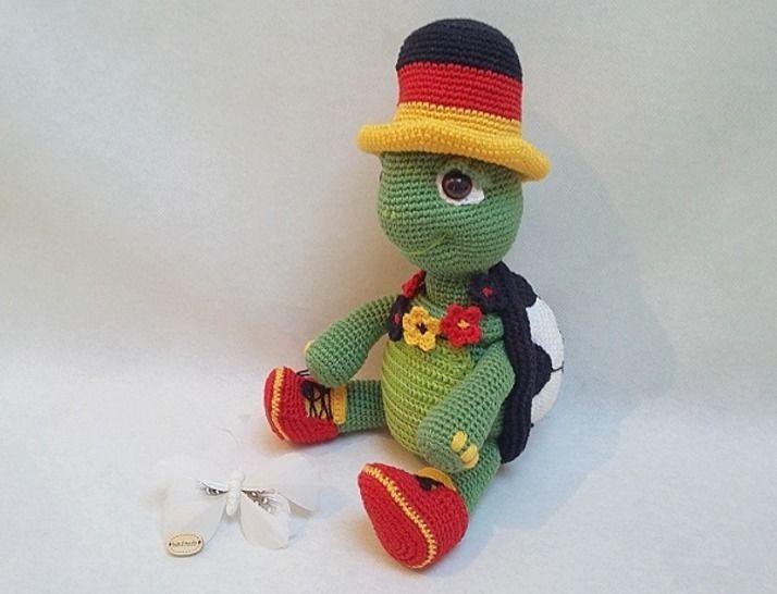 Häkelanleitung Igor der kleine Fussball Fan - Häkelanleitungen bei Makerist sofort runterladen
