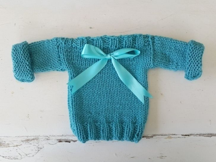 Download Easy Baby Sweatshirt Pullover - Knitting Patterns immediately at Makerist