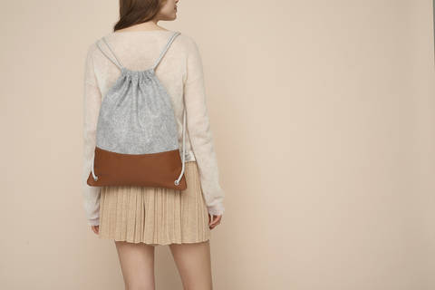 Download Simple leather and felt drawstring backpack immediately at Makerist