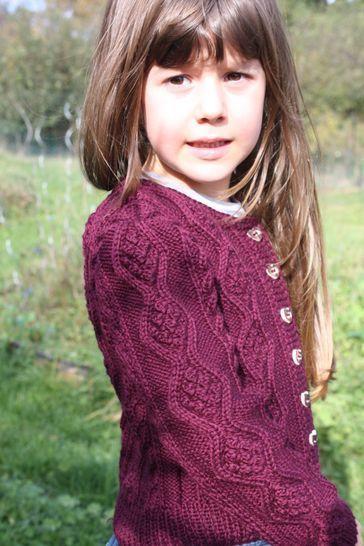 Sophia - kurze Zopf-Strickjacke für Mädchen von 4-14 Jahren, Größe 116, 122, 128, 134, 140 - Strickanleitungen bei Makerist sofort runterladen