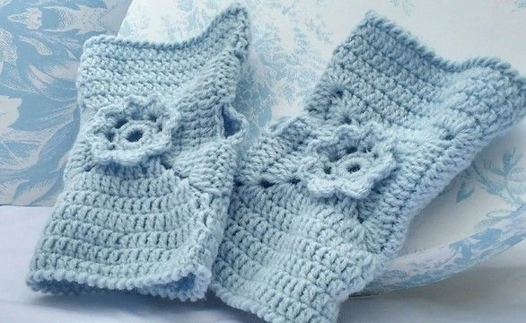 Download Pretty Flower Fingerless Crochet Glove Pattern - Crochet Patterns immediately at Makerist