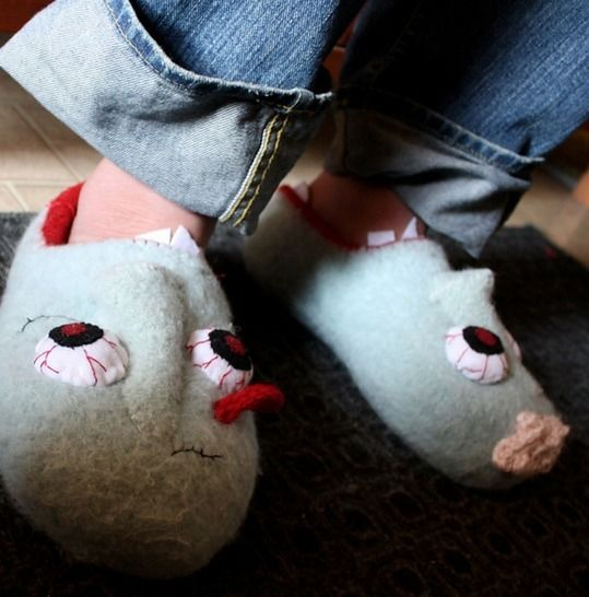 Download Waking Dead Felted Slippers - Knitting Patterns immediately at Makerist