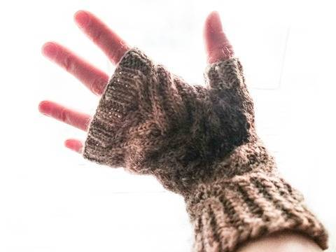 Download Rooted - Cabled Fingerless mittens knitting pattern tutorial immediately at Makerist