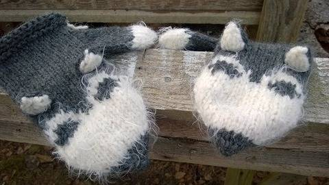 Download Siberian Husky Mittens knitting pattern immediately at Makerist