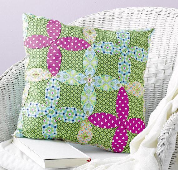 Kissen mit Blüten-Patchwork Nähanleitung mit Schnittmuster - Nähanleitungen bei Makerist sofort runterladen