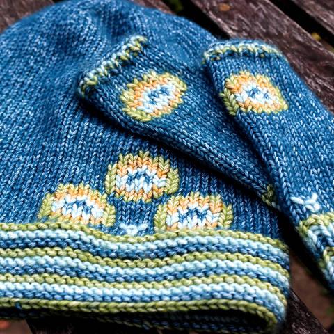 Set Strickanleitung Mütze und Armstulpen Pfau für Mädchen 5/6 Jahre bei Makerist sofort runterladen