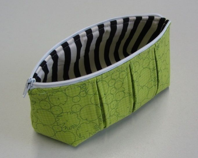 Download Perfect pleated zip pouch pattern in 3 sizes - zipper bag pouches cosmetic bag - Sewing Patterns immediately at Makerist