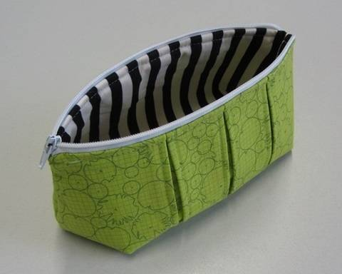Download Perfect pleated zip pouch pattern in 3 sizes - zipper bag pouches cosmetic bag immediately at Makerist
