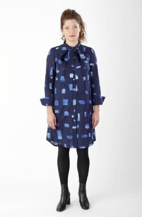 Télécharger Robe blouse Cléo - Patron de couture avec instruction en images en Anglais et en Allemand tout de suite sur Makerist