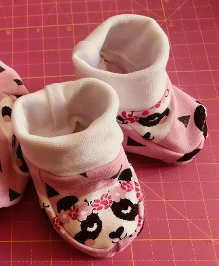 baby slippers - Sewing pattern with tutorial (sizes 0/1month, 3/6months and 9/12months) bei Makerist sofort runterladen