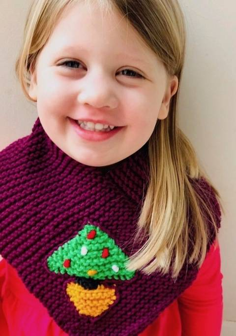 Download Christmas Tree Triangular Scarf immediately at Makerist