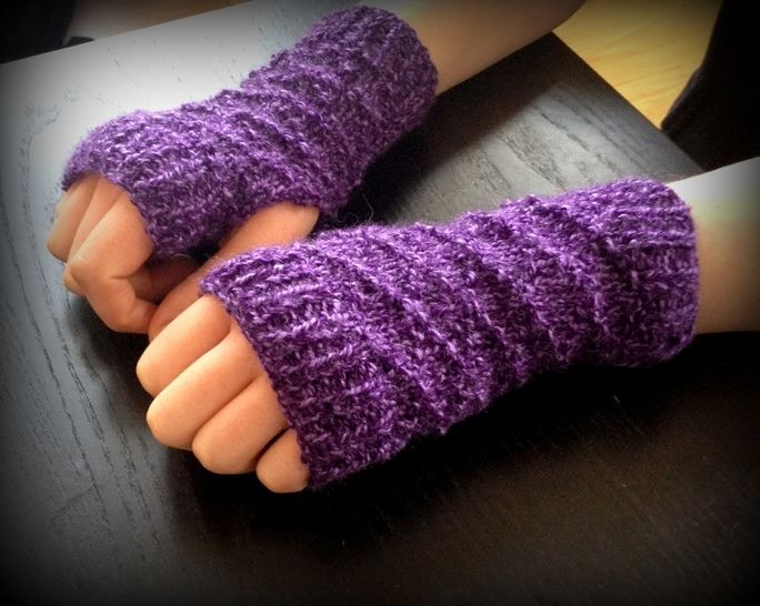 Download Diamond Fingerless Gloves - Knitting Patterns immediately at Makerist