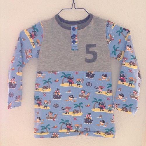 Makerist - Casual Buttons Boy (sarajulez) - Geburtstagshirt aus Piraten-Jersey - Nähprojekte - 1