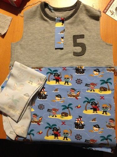 Makerist - Casual Buttons Boy (sarajulez) - Geburtstagshirt aus Piraten-Jersey - Nähprojekte - 2