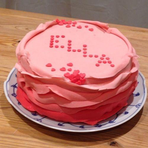 Makerist - Ombre Ruffle Cake zur Geburt von Ella - Torten, Cake Pops und Cupcakes - 1