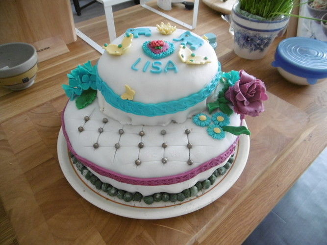 Makerist - Geburtstagstorte für die Tochter, selbst gefertigte Blüten und andere Dekoelemente  - Torten, Cake Pops und Cupcakes - 1