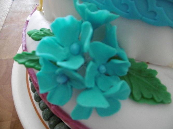 Makerist - Geburtstagstorte für die Tochter, selbst gefertigte Blüten und andere Dekoelemente  - Torten, Cake Pops und Cupcakes - 3