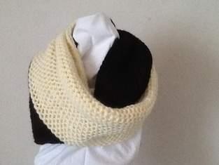 d5333df23c81  grande Echarpe anneau bicolore  de Monique - Créations de tricot