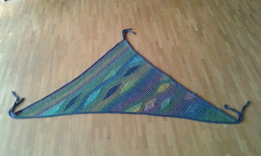 Makerist - traumhaftes Tuch für eine Freundin zum Geburtstag. Aus Schurwolle,  nach einer Anleitung von Petra Neumann - Strickprojekte - 1