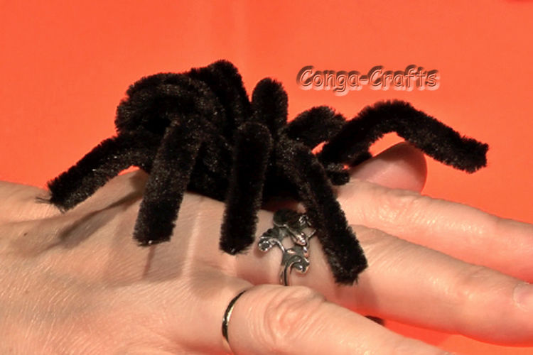 Makerist - Halloween-Spinne, knuddelig aus Pfeifenputzer/Chenilledraht - DIY-Projekte - 1