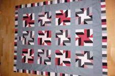 Makerist - Decke in Grau-Weiß-Schwarz-Rot - 1