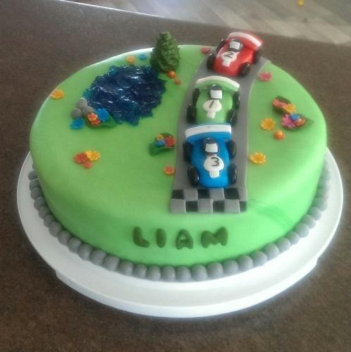 Makerist - Rennauto Torte - Torten, Cake Pops und Cupcakes - 1