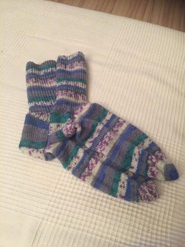 Makerist - Meine Lieblingssocken gestrickt aus Regia Sockenwolle. Diese Socken hab ich mal mir gegönnt 😜 - Strickprojekte - 1
