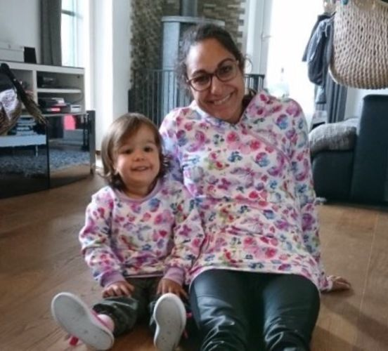 Makerist - Hoodie im Partnerlook aus Sweat mit frühlingshaften Schmetterlingen für mich und meine 2-jährige Tochter - Nähprojekte - 3