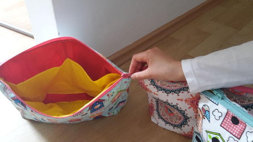 Makerist - Waschtaschen nach der Anleitung von Hansedelli. Es ist aus Baumwollstoff und innen aus Regenjackenstoff. Die Waschtaschen habe ich für meine drei Mädels im Alter von 8,10 und 12 gemacht. - Nähprojekte - 2