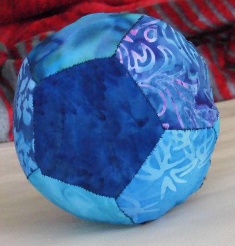 Makerist - Blue Ball Paperpiecing Ball aus Batikstoffen für meine Tochter Sonja - Patchwork-Projekte - 1