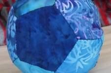 Makerist - Blue Ball Paperpiecing Ball aus Batikstoffen für meine Tochter Sonja - 1